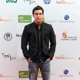 Mario Casas posando con chaqueta y camisa negra