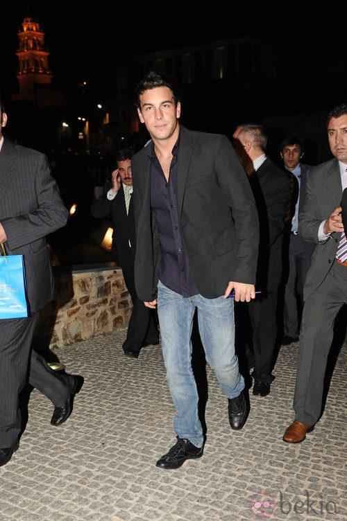 Mario Casas con chaqueta negra y vaqueros