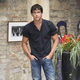 Mario Casas con camisa negra y vaqueros