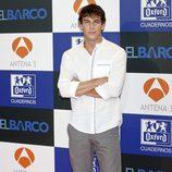 Mario Casas con camisa blanca y pantalón gris