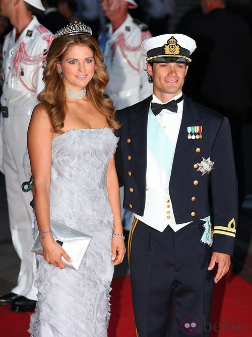 La Princesa Magdalena de Suecia con un vestido ceñido gris con escote palabra de honor.
