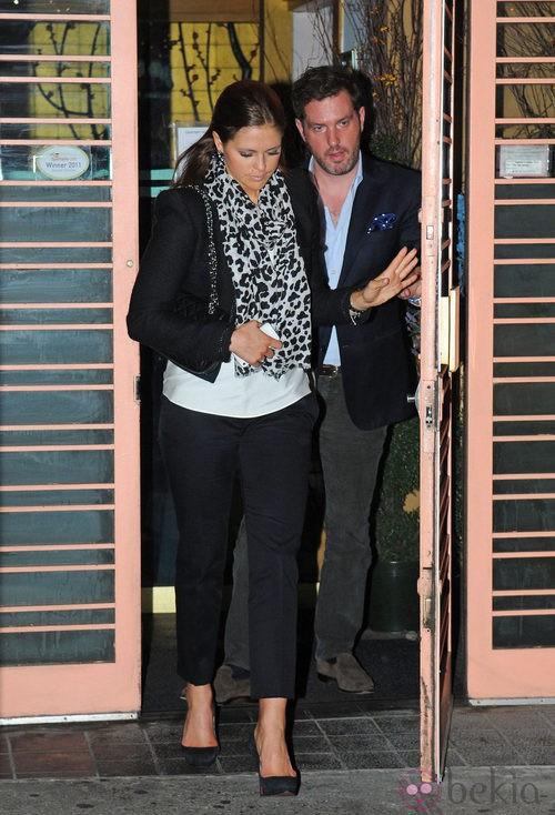La Princesa magdalena de Suecia con pantalones capri en color negro y pañuelo 'animal print'