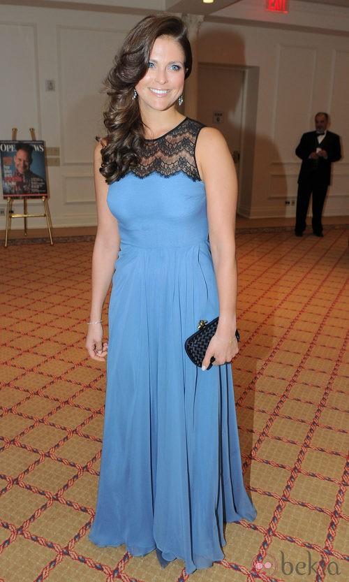 La Princesa Magdalena de Suecia con un vestido largo azul con detalle de encaje a la altura del cuello