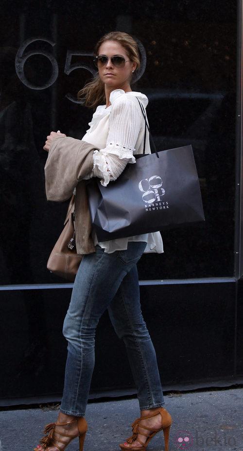 La Princesa Magdalena de Suecia paseando con un look muy casual
