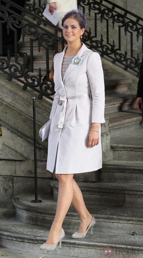 La Princesa Magdalena de Suecia con un conjunto en color violeta con tocado a juego