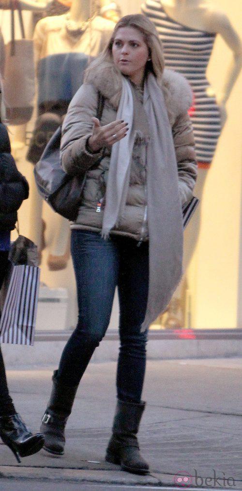 La Princesa Magdalena de Suecia de compras con un look informal