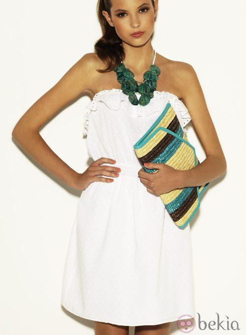 Vestido blanco y bolso de mano de rafia de la colección Verano 2012 de Suiteblanco