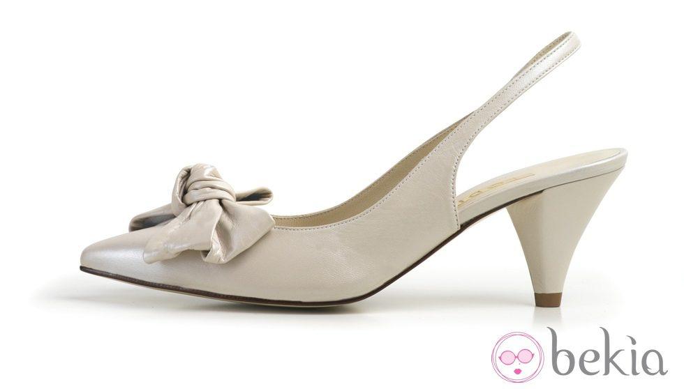 Zapato de salón bajo destalonado de la colección de calzado de novia de Lodi verano 2012