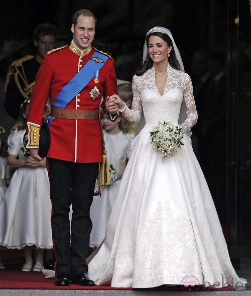El Príncipe Guillermo de inglaterra uniformado el día de su enlace con kate Middleton