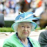 La Reina Isabel II con sombrero en color aguamarina en las carreras de Ascot 2012