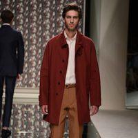 Abrigo burdeos y pantalón de pinzas de Ermenegildo Zegna en la pasarela de la Semana de la moda masculina de Milán