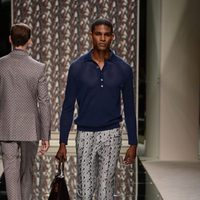 Camisa azul y pantalón estampado de seda de Ermenegildo Zegna en la pasarela de la Semana de la Moda masculina de Milán