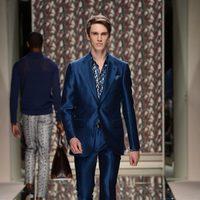 Traje azul de Ermenegildo Zegna en la pasarela de la Semana de la Moda masculina de Milán