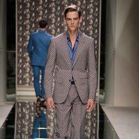 Traje estampado y mocasines de Ermenegildo Zegna en la pasarela de la Semana de la Moda masculina de Milán