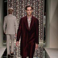 Traje burdeos de Ermenegildo Zegna en la pasarela de la Semana de la Moda masculina de Milán