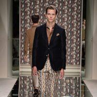 Blazer azul y pantalón de seda estampado de Ermenegildo Zegna en la Semana de la Moda masculina de Milán