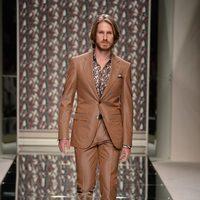Traje en color camel de Ermenegildo Zegna en la pasarela de la Semana de la Moda masculina de Milán