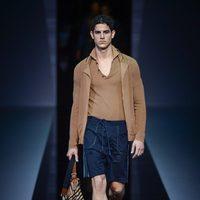 Cardigan y pantalón corto de Emporio Armani en la Semana de la Moda masculina de Milán
