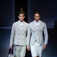 Blazer y chaqueta de botonadura cruzada de Emporio Armani en la Semana de la Moda masculina de milán