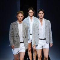 pantalones mínimos en el desfile de Emporio Armani en la Semana de la Moda masculina de Milán