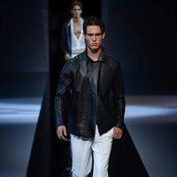Chaqueta de cuero negra de Emporio Armani en la Semana de la Moda masculina de Milán