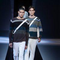 Jerseis de punto y bandoleras en el desfile de Emporio Armani en la Semana de la Moda masculina de Milán