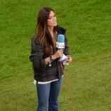 Sara Carbonero con cazadora negra y jeans en el partido España-Irlanda en la Eurocopa 2012
