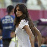 Sara Carbonero con camiseta básica blanca y botas en el partido entre España y Croacia en la eurocopa 2012