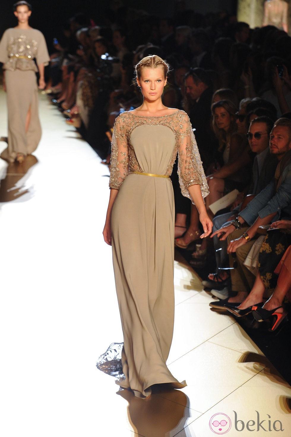 Dise o en color beige con transparencias en las mangas de - Diseno alta costura ...