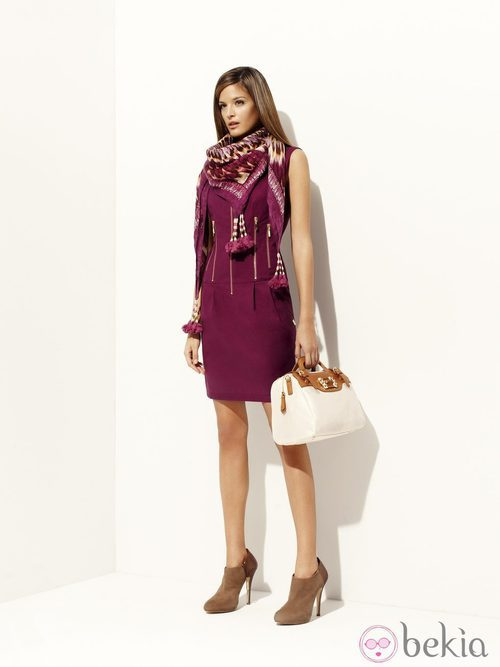Vestido color berenjena y pañuelo de la colección 'Binoche' primavera/verano 2012 de Pedro del Hierro