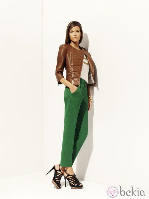 Pnatalón verde y chaqueta de cuero marrón de la colección 'Green' primavera/verano 2012 de Pedro del Hierro