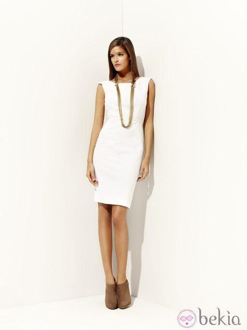 Vestido blanco y colgante dorado de la colección 'Green' primavera/verano 2012 de Pedro del Hierro