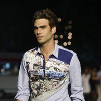 Jon Kortajarena con camisa estampada de Desigual en la pasarela 080 de barcelona primavera/verano 2013