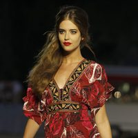 Clara Alonso con un vestido de tendencia tribal en el desfile de Desigual en la pasarela 080 de Barcelona primavera/verano 2013