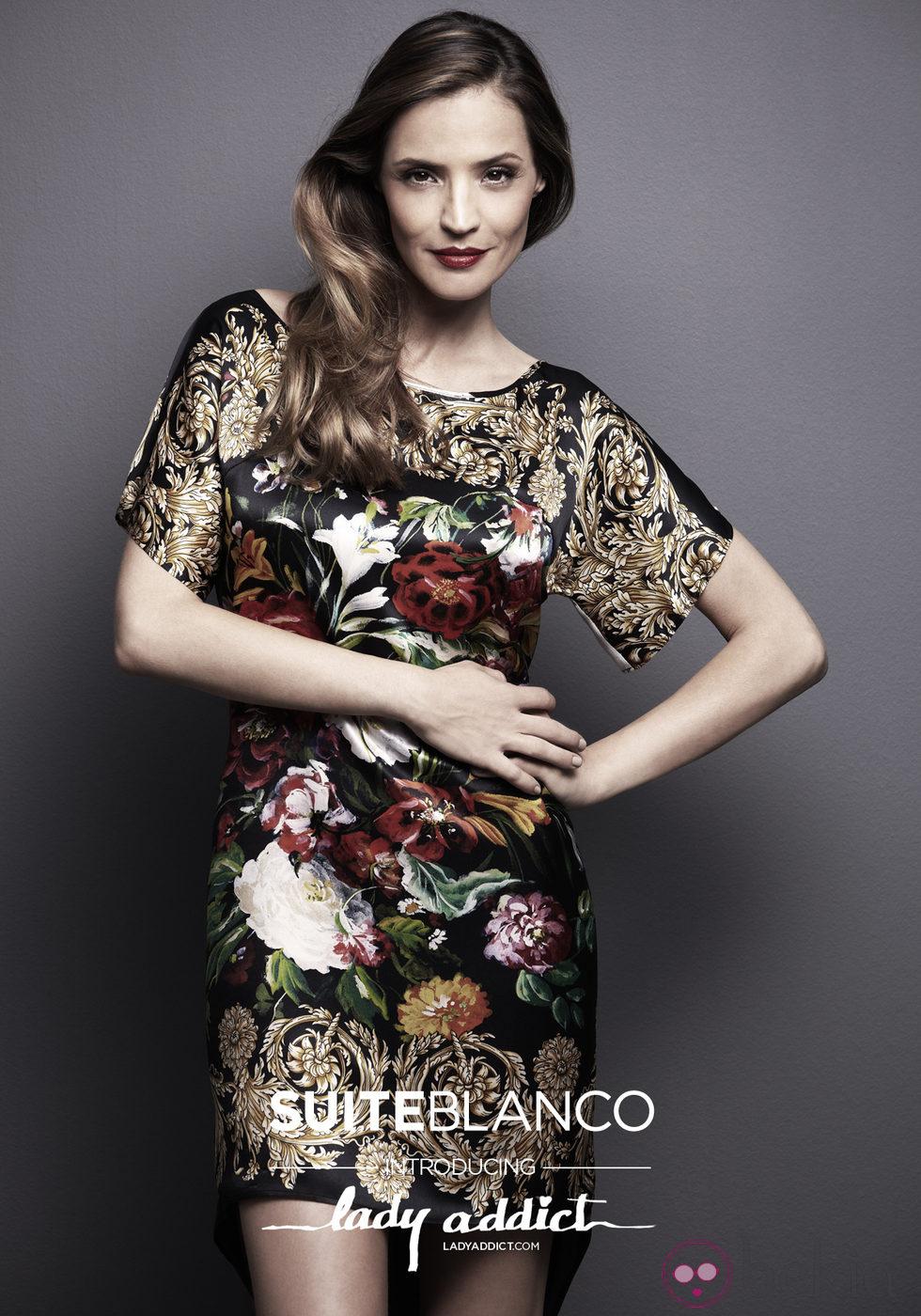 Silvia Zamora, Lady Addict, con vestido estampado de SuiteBlanco