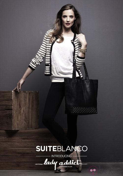 Silvia Zamora, Lady Addict, con chaqueta de estampado navy de SuiteBlanco