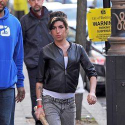 Amy Winehouse con jeans y cazadora de cuero
