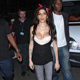 Amy Winehouse con jeans y una camiseta con un gran escote