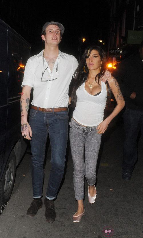 Amy Winehouse con vaqueros y camiseta básica blanca
