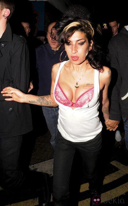 Amy Winehouse deja al descubierto su sujetador
