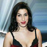 Amy Winehouse deja asomar su sujetador con un ajustado vestido rojo