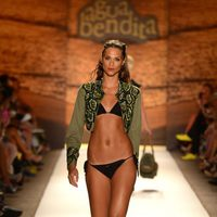 Bikini negro y chaqueta verde militar de Agua Bendita en la Mercedes Benz Fashion Week Swim 2013 en Miami