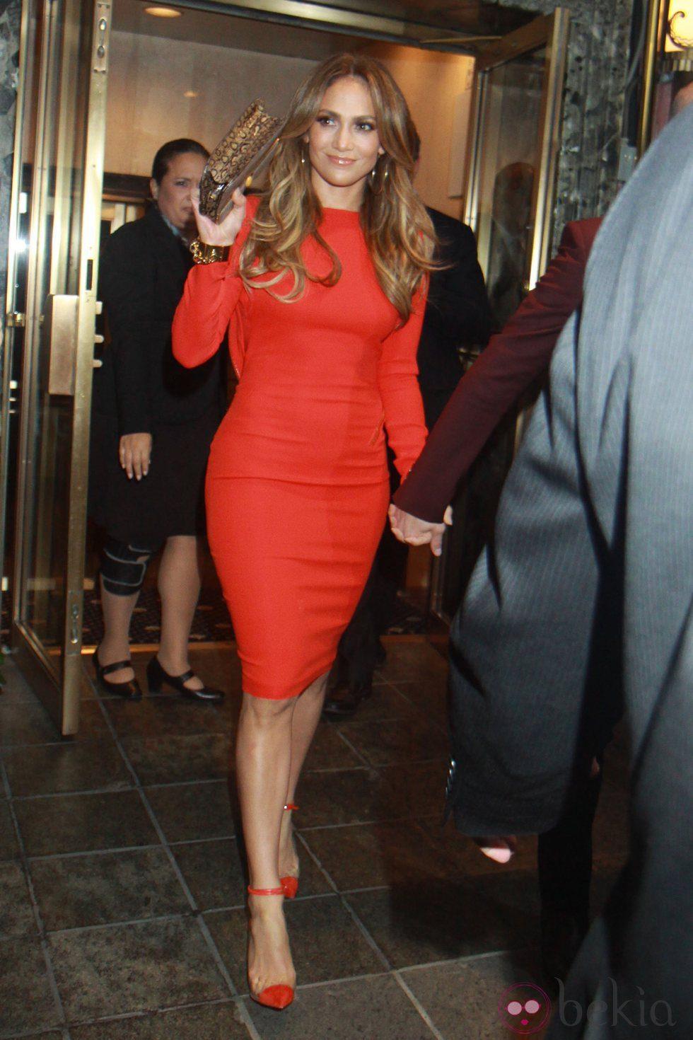 Jennifer Lopez con un diseño rojo de Tom Ford y zapatos de plexiglas