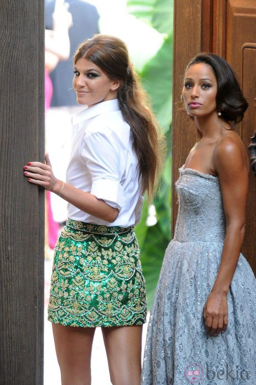 Bianca Brandolini con camisa blanca y falda verde con detalles dorados