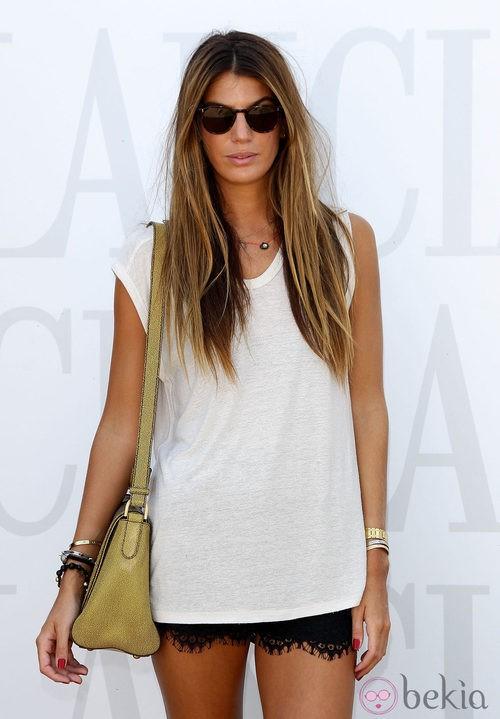 Bianca Brandolini con camiseta blanca y shorts de encaje