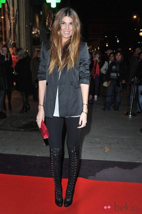 Bianca Brandolini con blazer gris y botas altas de cordón