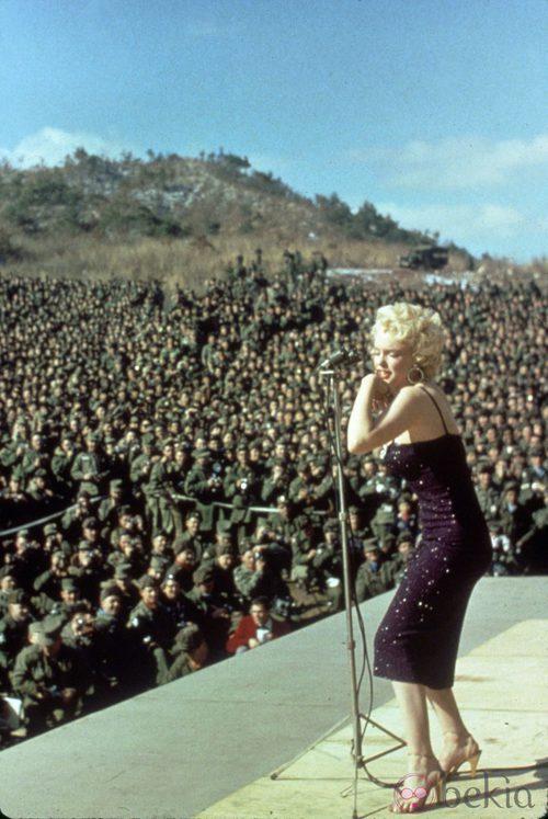 Marilyn con un vestido color berenjena de paillettes en 1954