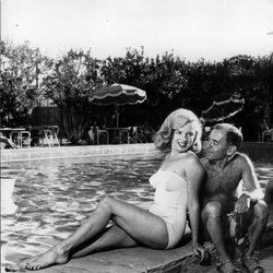 La actriz Marilyn Monroe en bañador junto a Arthur Miller