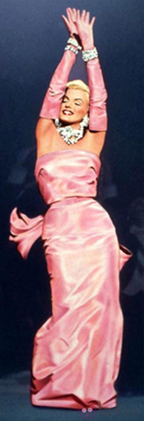 Marilyn con vestido rosa en la película 'Los hombres las prefieren rubias'