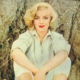 Marilyn Monroe en 1956 con un conjunto blanco y sandalias de rayas